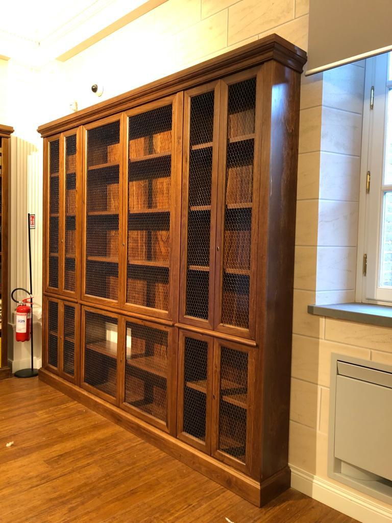 arredi in legno per biblioteca